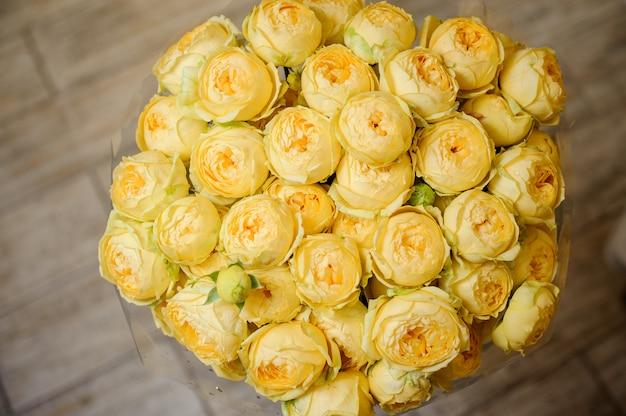 Bardzo piękny bukiet jasnożółtych kwiatów