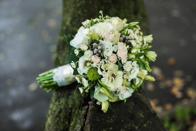 Bardzo piękny bukiet ślubny leżący na stole
