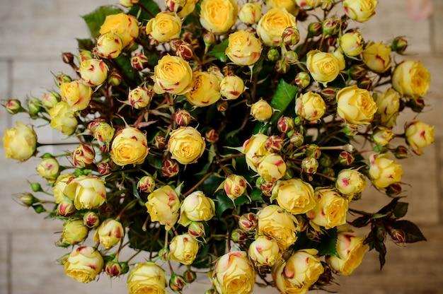 Bardzo piękny i elegancki bukiet żółtych kwiatów