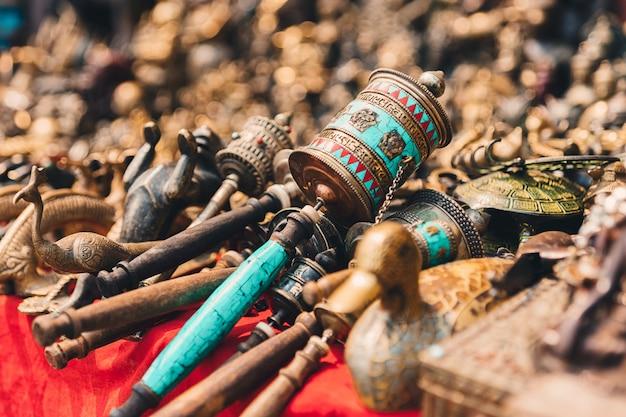 Bardzo piękny tybetański ręczny bęben modlitewny. buddyjskie atrybuty religijne