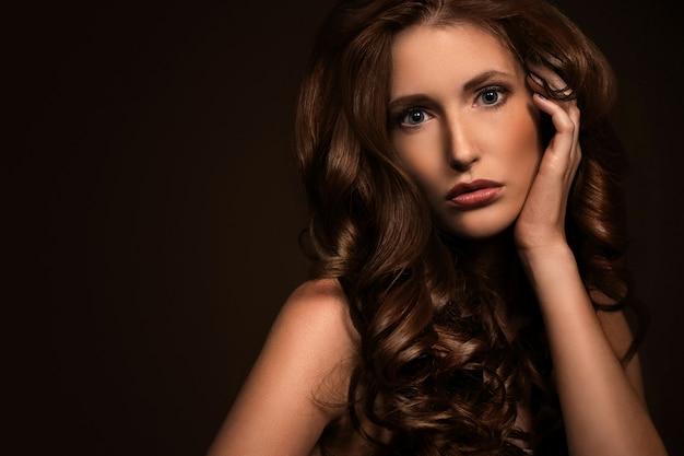 Bardzo seksowna kobieta pokazuje swój naturalny wygląd