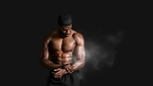 Bardzo sprawny i wysportowany czarny mężczyzna