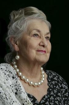 Bardzo stara kobieta. osiemdziesięcioletnia kobieta. pracowniany portret stara kobieta