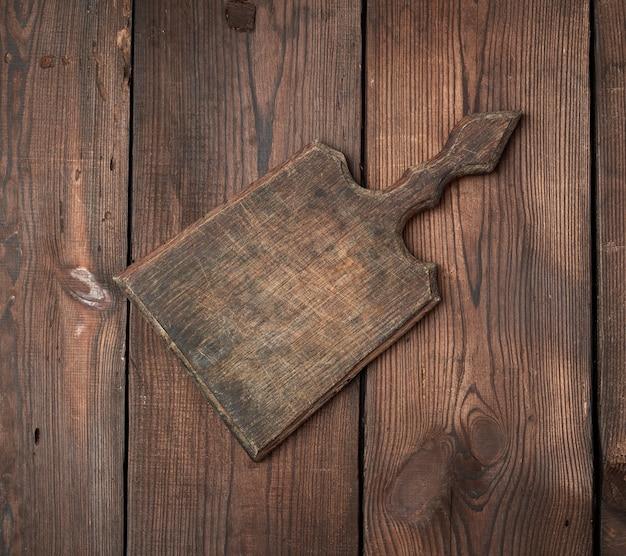 Bardzo stara pusta drewniana prostokątna deska do krojenia