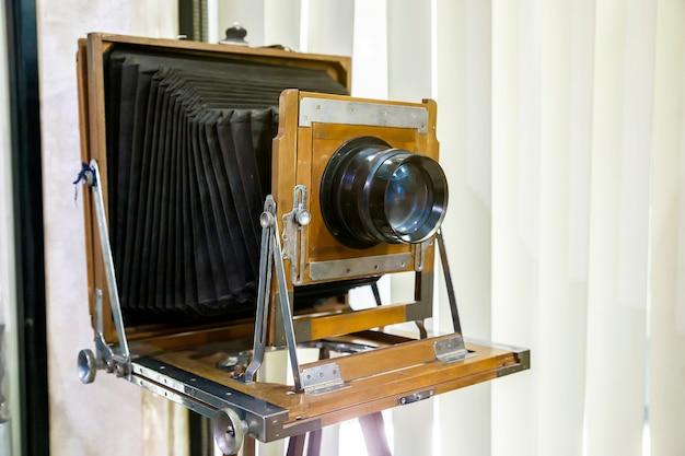 Bardzo stary rustykalny zabytkowy aparat wielkoformatowy