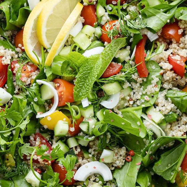 Bardzo świeże zbliżenie miski z ziół quinoa