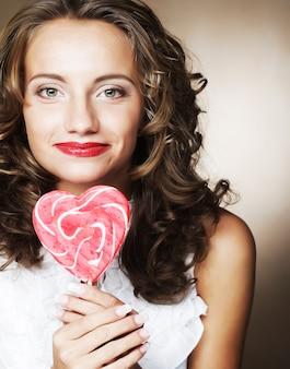 Bardzo szczęśliwa dziewczyna kręcone z lizakiem w dłoni