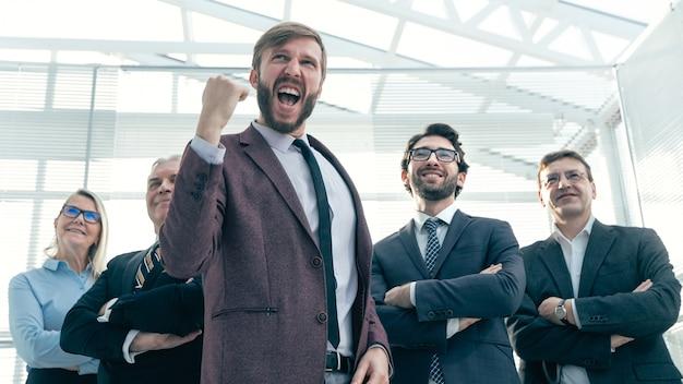 Bardzo szczęśliwy młody biznesmen pokazując swój sukces .photo z kopiowaniem przestrzeni