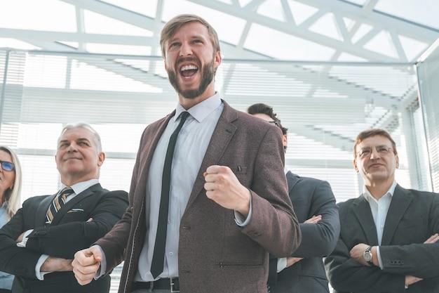 Bardzo szczęśliwy młody biznesmen pokazujący swój sukces .zdjęcie z kopią przestrzeni