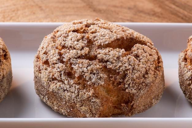 """Bardzo tradycyjne ciastko w brazylii o nazwie """"broa de milho"""". wykonane z mąki kukurydzianej, rodzaju mąki kukurydzianej."""