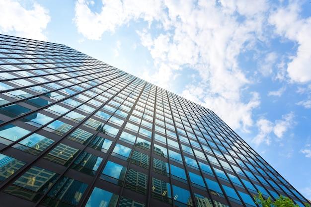 Bardzo wysokie centrum biznesowe. widok z dołu na wieżowiec