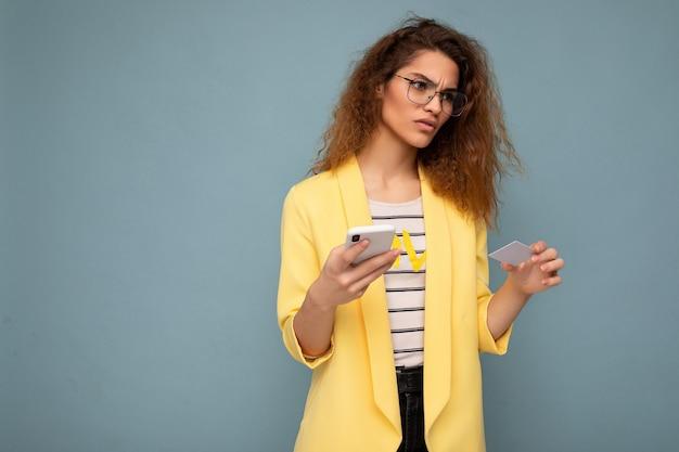 Bardzo zdenerwowana smutna kobieta na sobie codzienne stylowe ubrania na białym tle na tle ściany gospodarstwa i