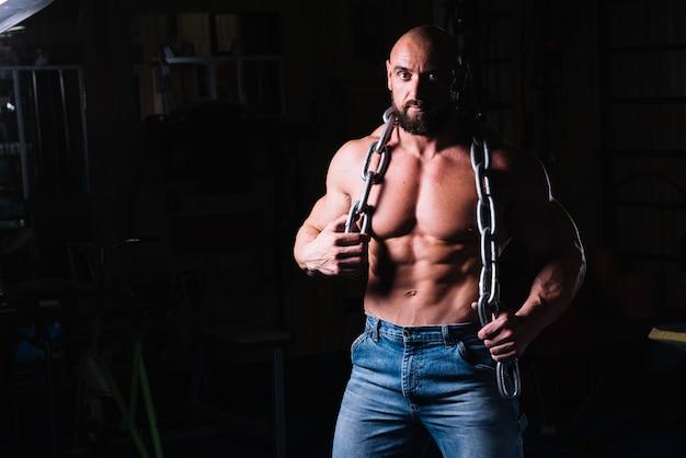 Bare-chested człowiek z łańcuchem