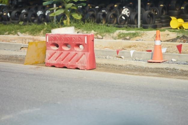 Bariera drogowa w kształcie stożka i kwadratu do blokowania samochodów na placu budowy