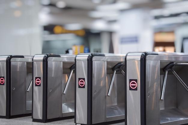 Bariery biletowe przy wejściu do metra