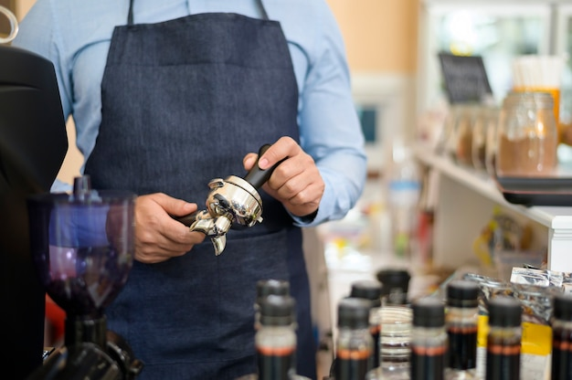 Bariści robiący i przygotowujący filiżankę kawy w kawiarni