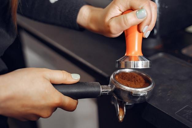 Barista kawiarnia robi kawowemu przygotowania usługa usługa pojęciu