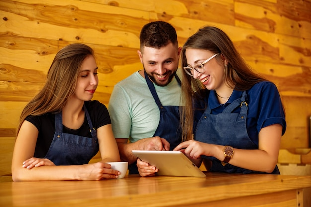 Barista komunikacji zespołowej w kawiarni