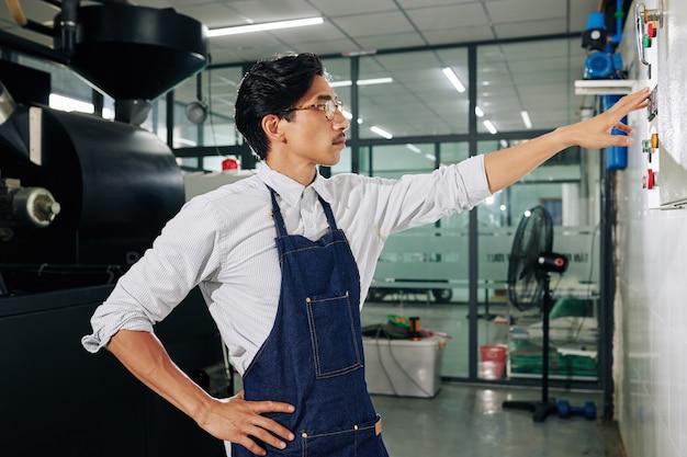 Barista kontrolujący proces palenia kawy