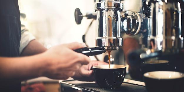 Barista parzenia kawy