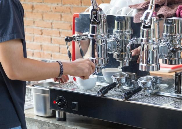 Barista parzenie gorącej kawy z ekspresem do kawy