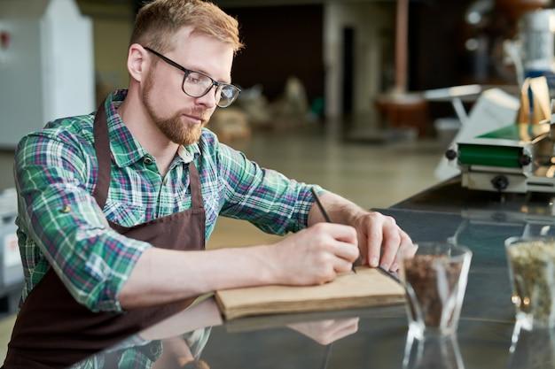 Barista pisze mieszanki kawy