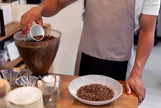 Barista przygotowuje kawę z bliska