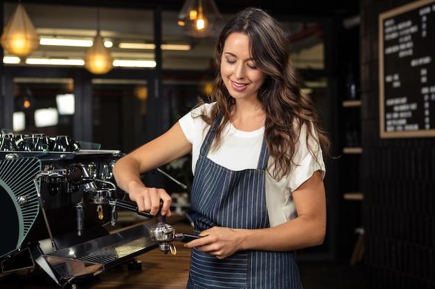 Barista przygotowuje kawę z maszyną