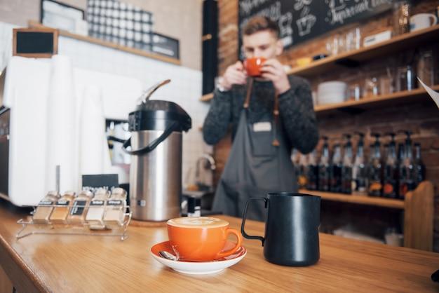 Barista przygotuj kawę koncepcja zlecenia roboczego. przerwa na kawę w miejscu pracy.