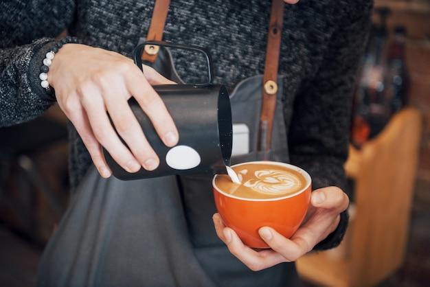 Barista przygotuj kawę koncepcja zlecenia roboczego