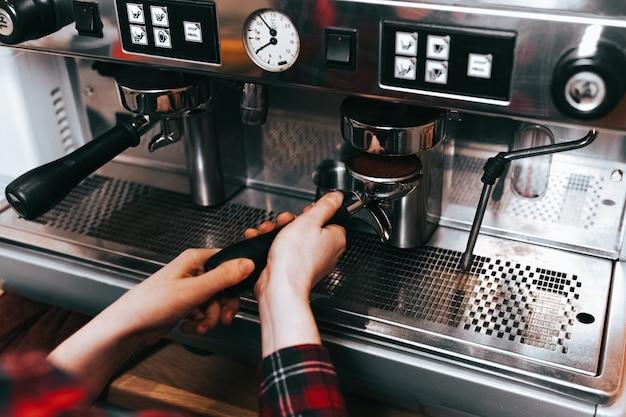 Barista robi aromatyczną kawę.
