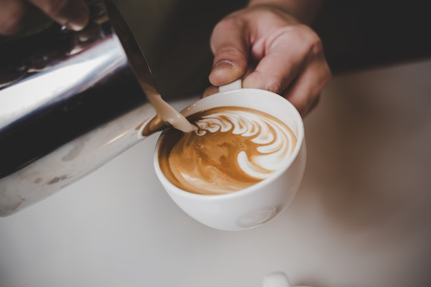 Barista robi cappuccino.