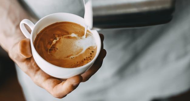 Barista robi klasycznego cappuccino