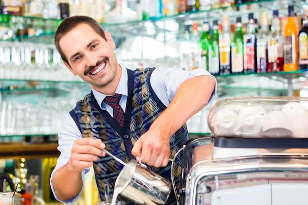 Barista w cukiernianej dolewanie kawie espresso strzelał w latte macchiato