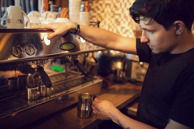 Barista w pracy w kawiarni