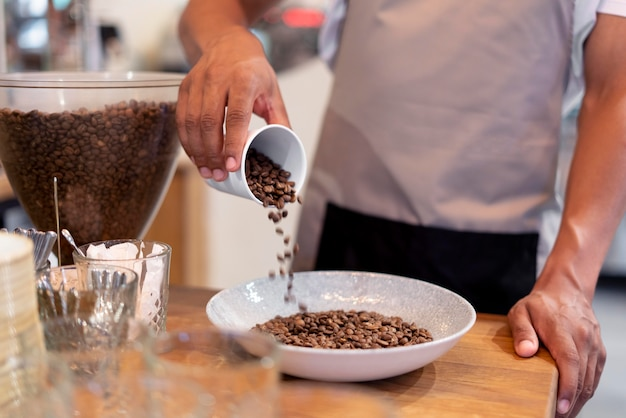 Barista z bliska z ziarnami kawy