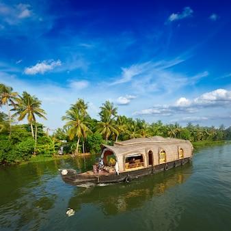 Barka na rozlewiskach kerali w indiach