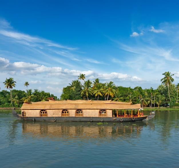 Barka Na Rozlewiskach Kerali W Indiach Premium Zdjęcia