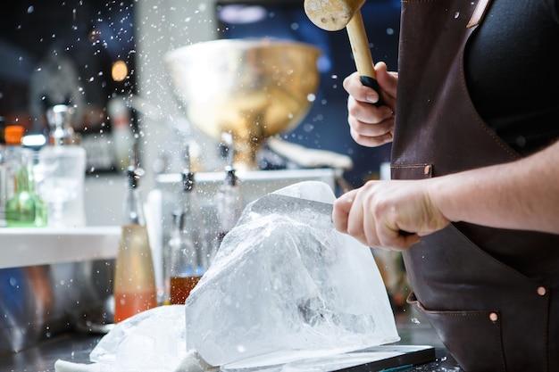 Barman corocznie kruszył lód drewnianym młotkiem i metalowym nożem.