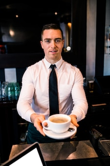 Barman daje kawę klientowi w barze