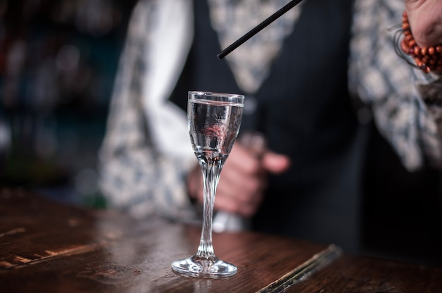 Barman formułuje koktajl w brasserie