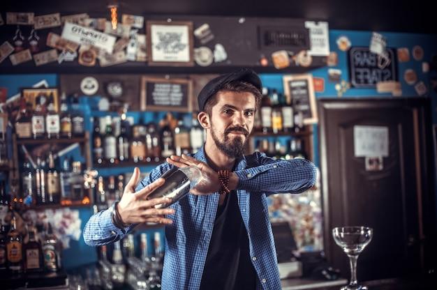 Barman gotuje koktajl w garnku