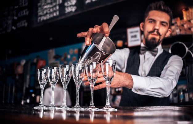 Barman gotuje koktajl w publicznym domu