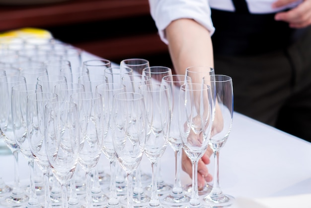 Barman i bar serwisowy czyszczenie kieliszka do wina w barze