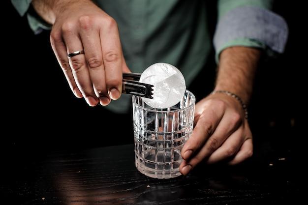 Barman koncepcja ręcznie wyciąć kulkę lodu