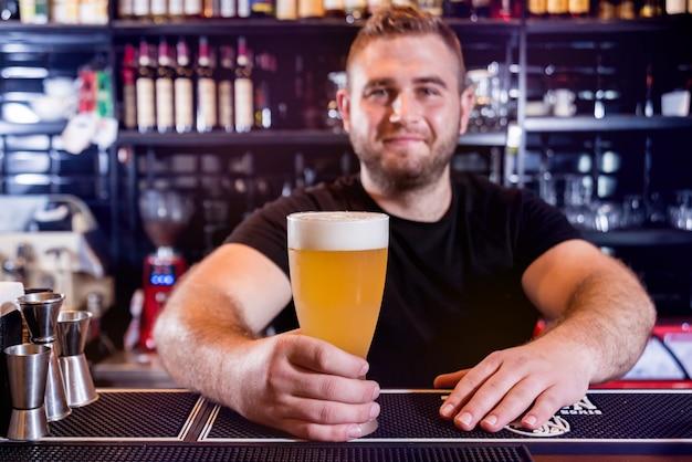 Barman nalewania piwa beczkowego na szklanki w barze. restauracja.