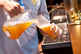 Barman nalewania piwa