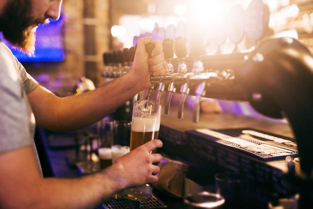 Barman nalewania piwa.