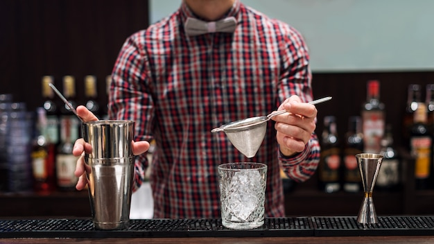 Barman pokaż bartender robi koktajl w klubie nocnym