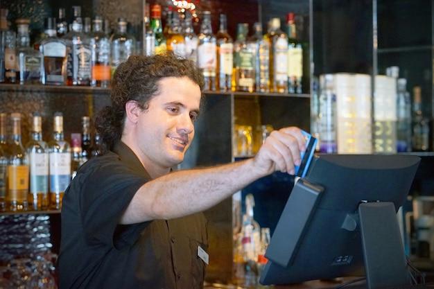 Barman przy kasie